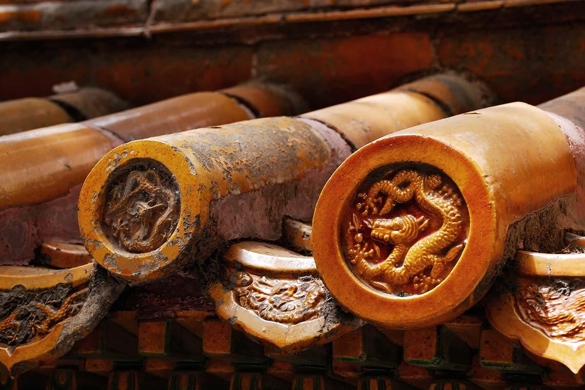 屋根にある龍の装飾