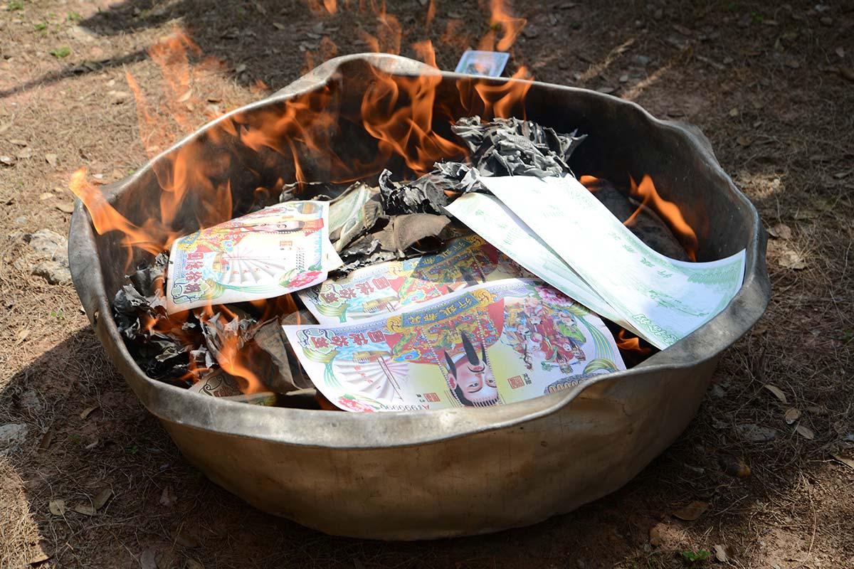 紙のお金を焼く