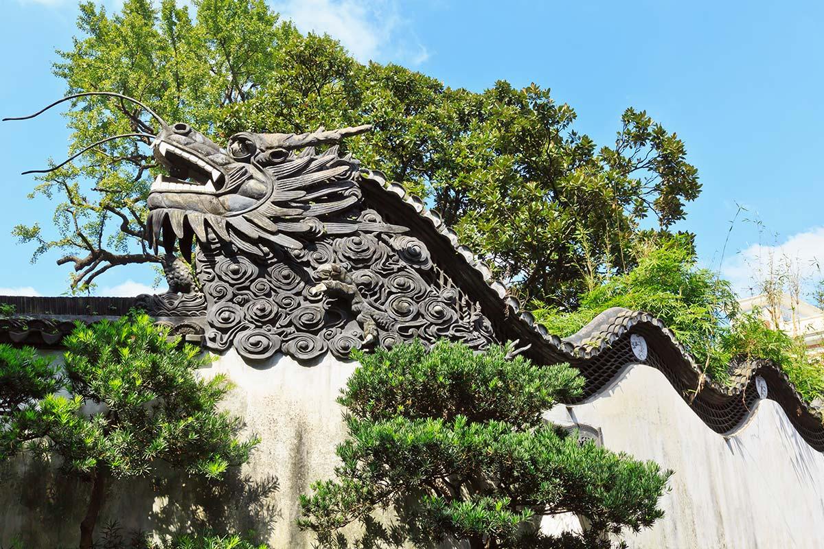 豫園の壁にある龍の装飾