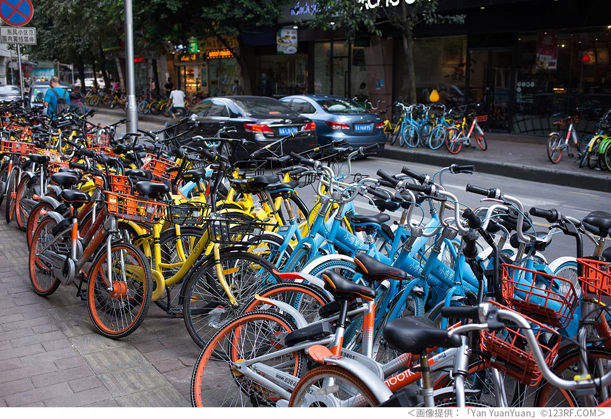 歩道にある大量のシェア自転車